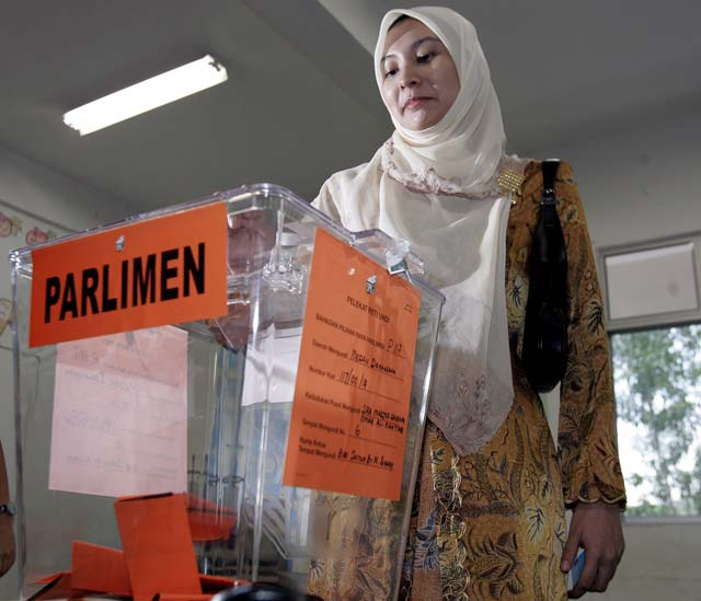 Los malasios votan hoy en unas elecciones que se prevé den la victoria a la coalición gobernante