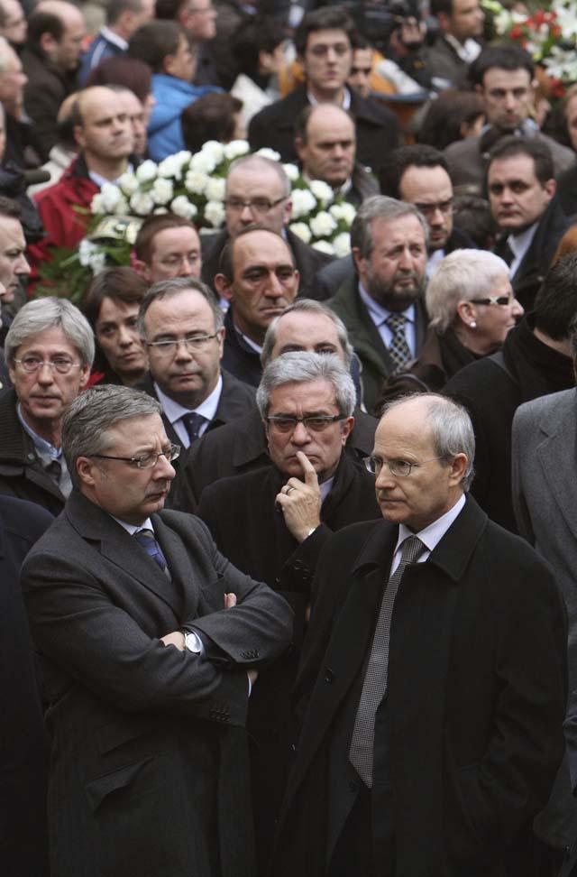 Miles de personas y dirigentes de todos los partidos políticos despiden a Isaías Carrasco en Arrasate