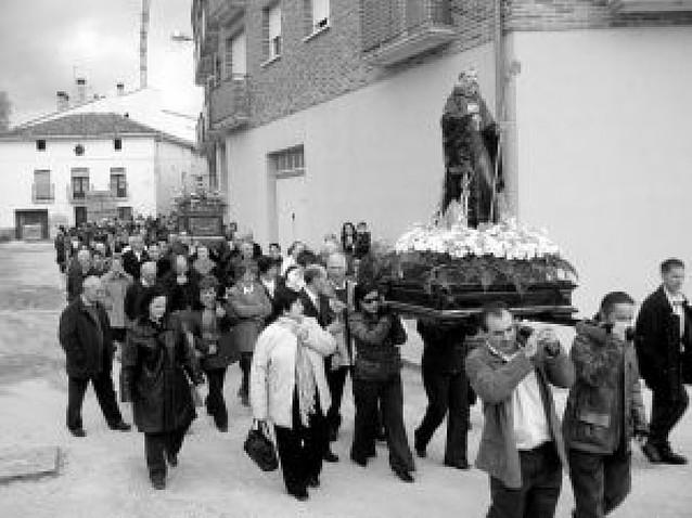 La imagen de San Veremundo sale en procesión por Villatuerta