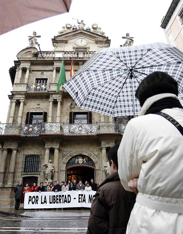 El Parlamento de Navarra se concentra contra el último asesinato de ETA