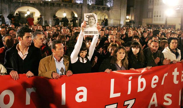 Miles de personas se manifiestan con la familia de Carrasco por las calles de Mondragón