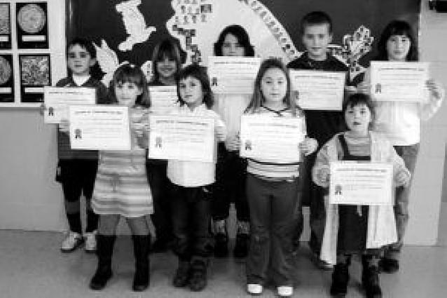 Diplomas para los alumnos del mes del colegio de Arguedas
