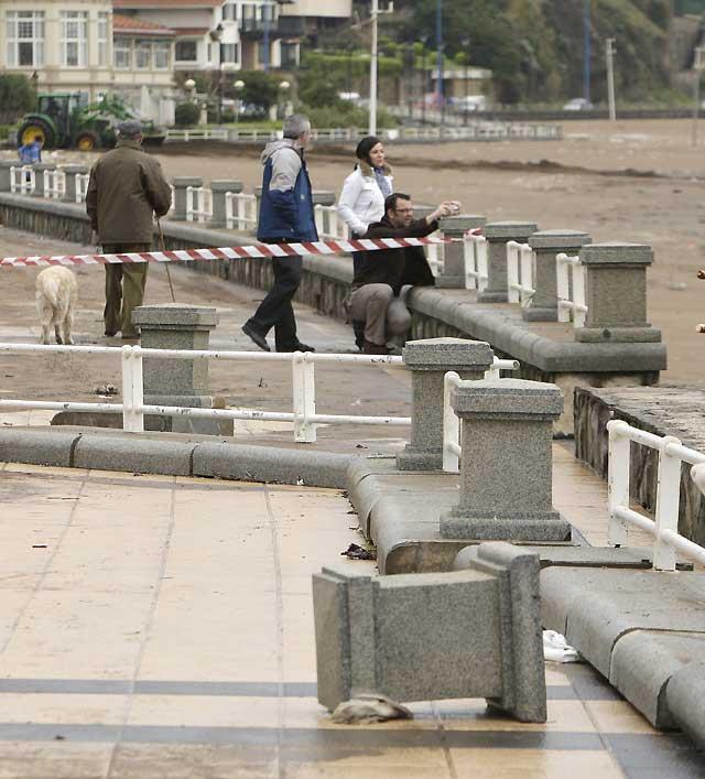 Olas de hasta 20 metros destrozan los paseos marítimos de la costa cantábrica