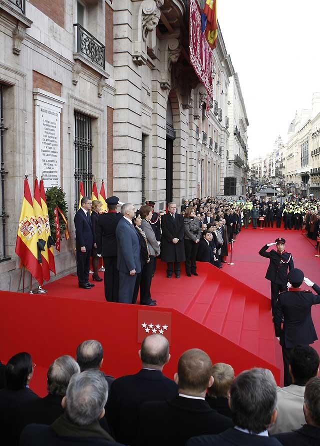 Aguirre y Gallardón colocan una corona de laurel en homenaje a las víctimas del 11-M