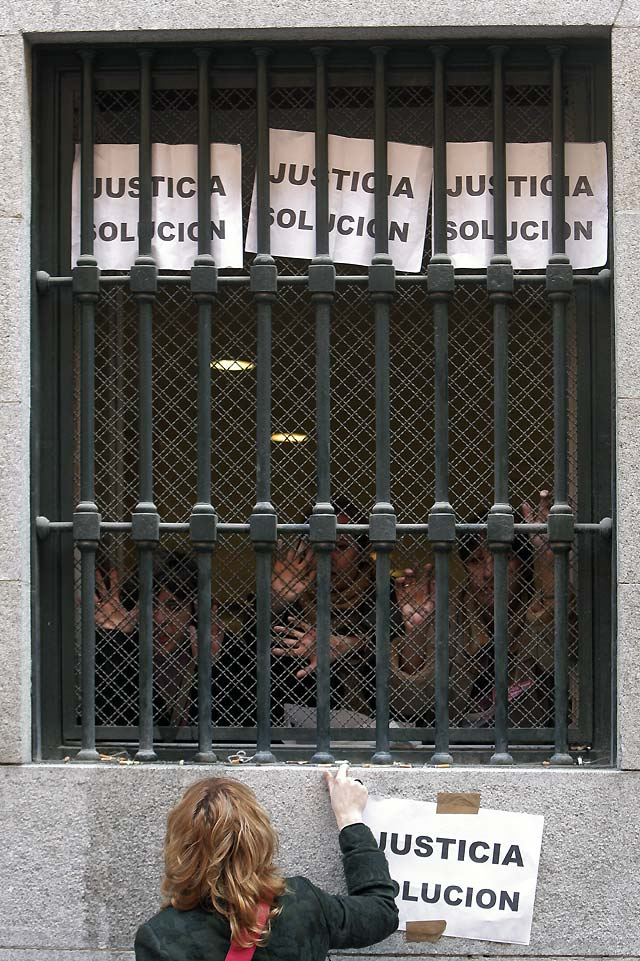 Funcionarios de Justicia paran dos horas el tráfico ante el Ministerio en apoyo a los compañeros encerrados