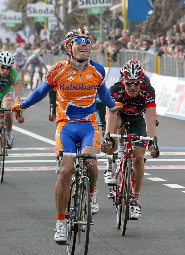 Óscar Freire gana la primera etapa de la Tirreno-Adriático