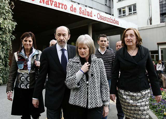 Rubalcaba visita a Carlos Chivite en la UCI del Hospital de Navarra