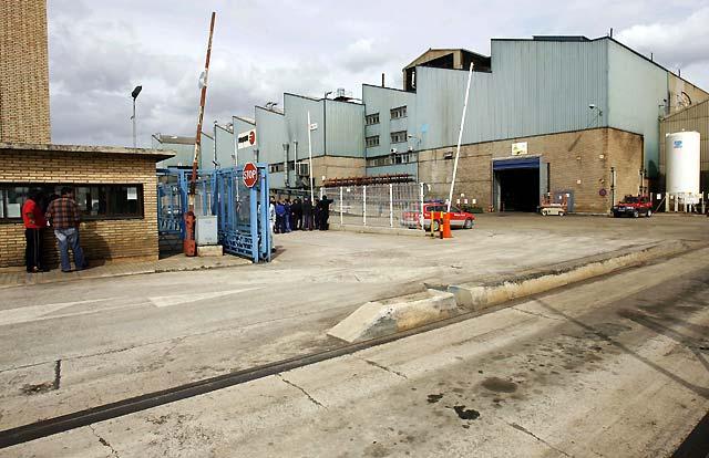 """Un incendio causa daños """"considerables"""" y paraliza la actividad de la planta de Luzuriaga en Tafalla"""
