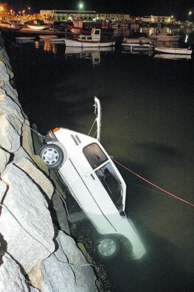 Mueren dos jóvenes al caer con su coche a la Ría de Arosa