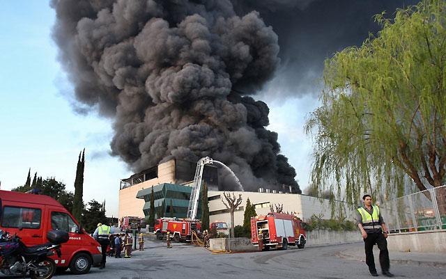 Controlado el incendio de la fábrica de Polinyà (Barcelona) pero persisten algunos focos