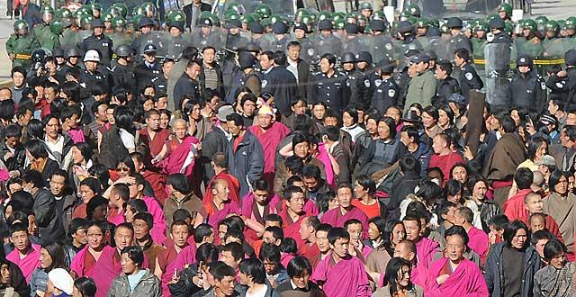 Lhasa permanece militarmente ocupada