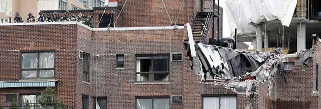 Al menos cuatro muertos y 10 heridos tras caer una grúa sobre un edificio en Nueva York