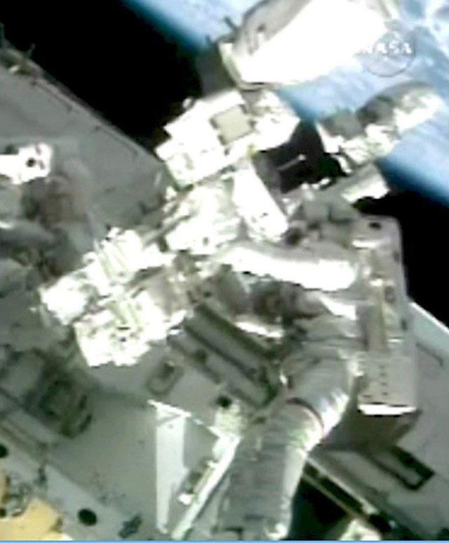 """Éxito en la segunda caminata espacial de los astronautas del """"Endeavour"""""""