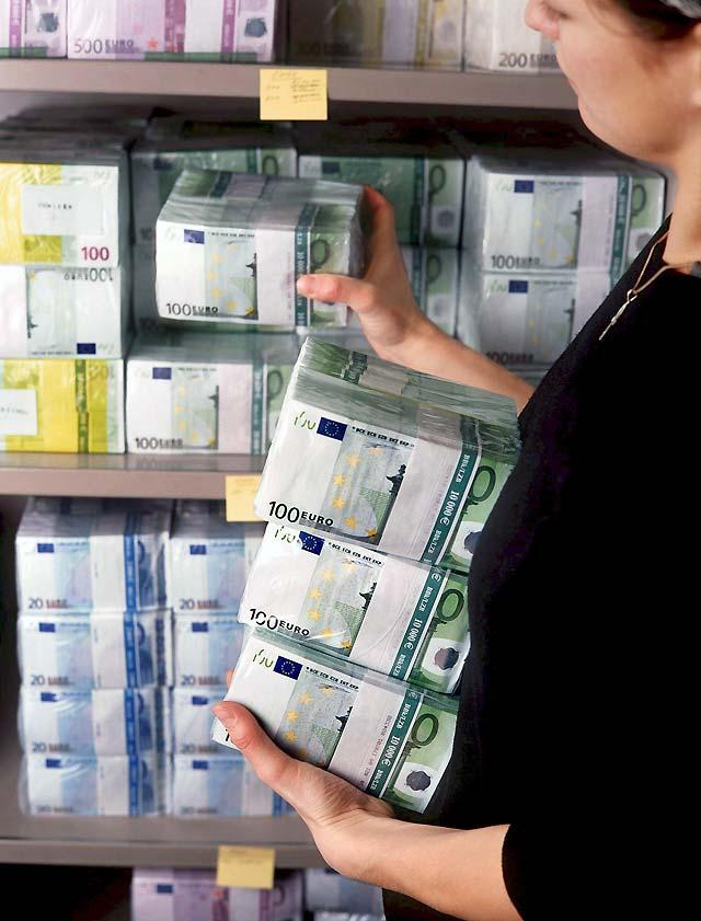 El euro marca un nuevo récord tras superar los 1,5900 dólares en la apertura