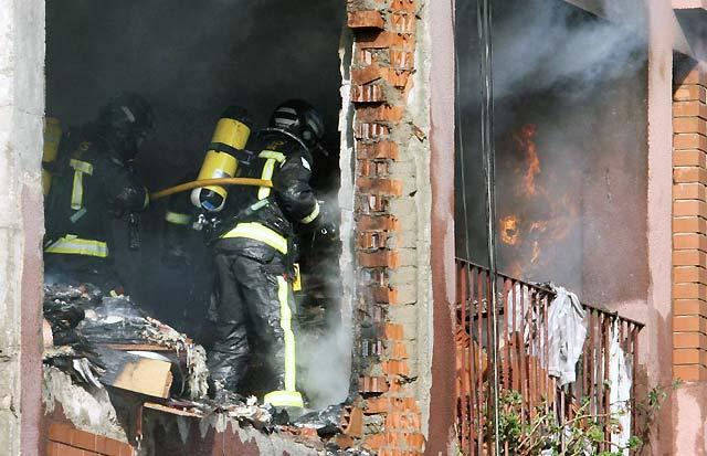 Mueren tres personas y siete sufren heridas en una explosión de gas en un piso de Barcelona