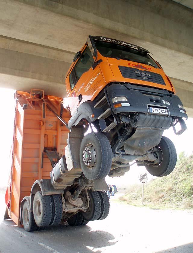 Rescatado el conductor de un camión que sufrió un aparatoso accidente en la NA-134