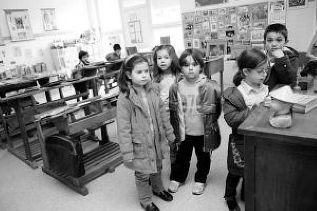 El colegio de Griseras recuerda las antiguas escuelas en una muestra