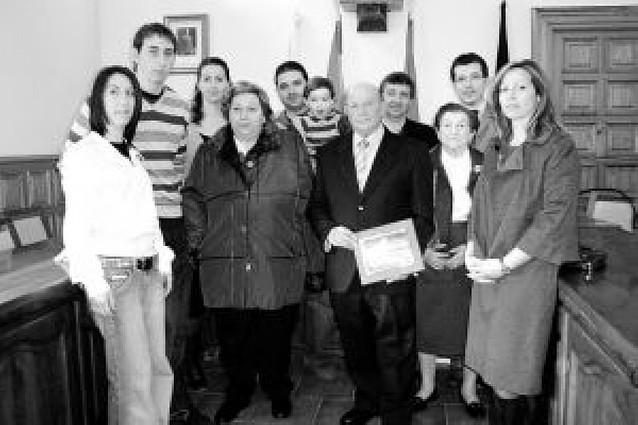 El ayuntamiento homenajea a Ricardo Hernández por su jubilación