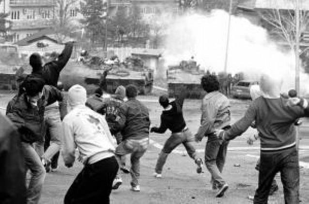 Cientos de serbios atacan en Kosovo a las fuerzas de la ONU y de la OTAN