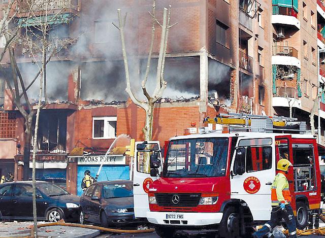 Tres muertos en la explosión y posterior incendio de un piso en Barcelona