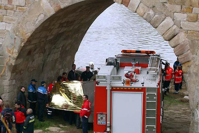 Rescatado el cadáver del único ocupante del turismo que cayó al río Duero en Zamora
