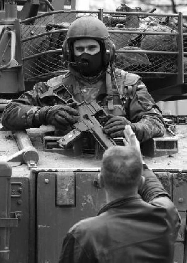El guardia civil herido en Kosovo intentó salvar a un policía ucraniano