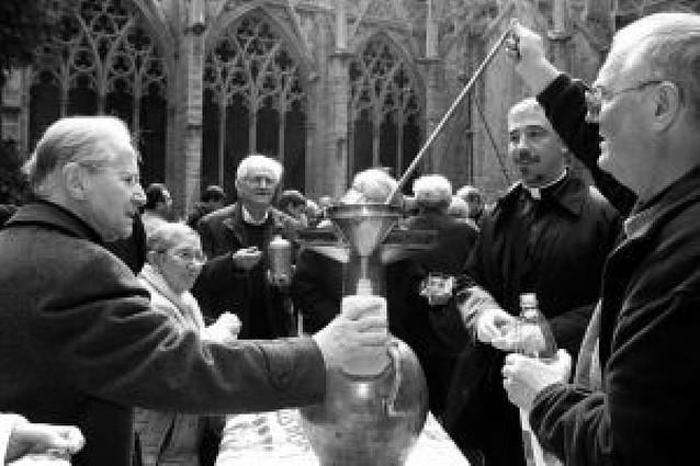 La misa crismal congregó a unos 300 sacerdotes en la Catedral de Pamplona