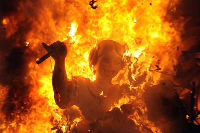 El fuego consumió las fallas de Valencia en medio de la Semana Santa