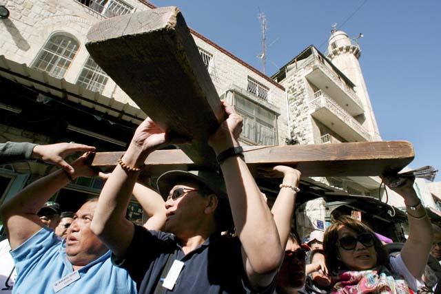 Más de 3.000 fieles soportan temperaturas bajo cero en el Vía Crucis de Ávila