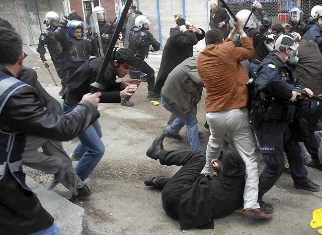 Al menos 13 manifestantes y un policía turco, heridos durante la celebración del año nuevo kurdo