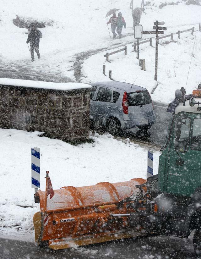 El temporal obliga al uso de cadenas en los puertos de Artesiaga y Egozkue
