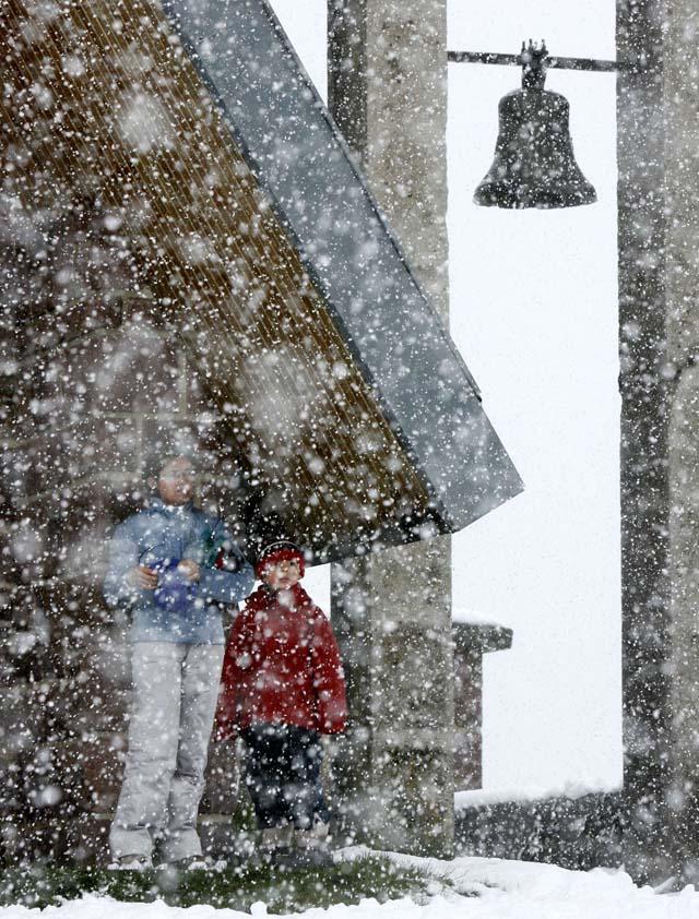 La nieve amenaza a siete comunidades del norte de la Península