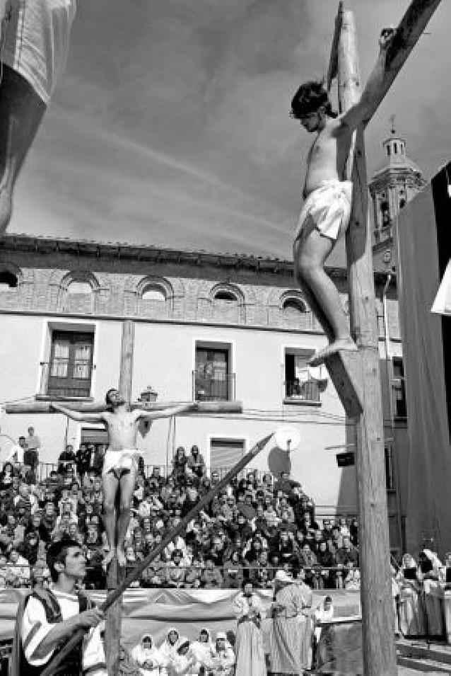 El Via Crucis de Andosilla reta al frío ante tres mil miradas