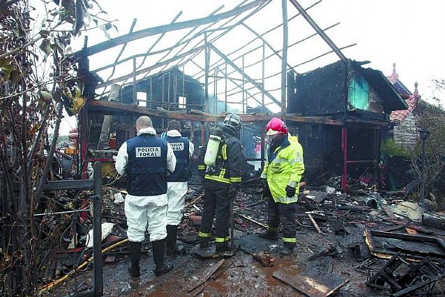 Un incendio calcina una casa y afecta a otras dos en el complejo Irache de Ayegui
