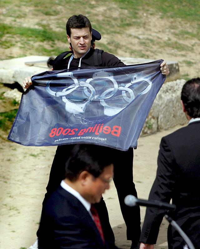 La llama olímpica inicia su recorrido hacia Pekín entre protestas por el Tíbet