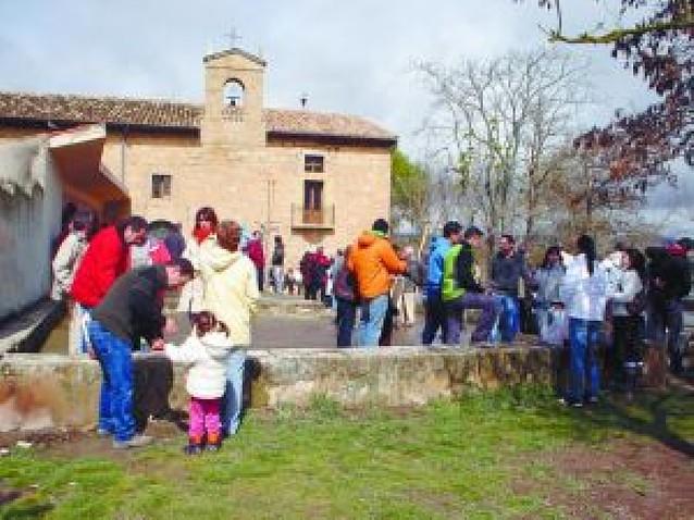 La lluvia no impidió que mil vianeses se sumaran ayer a la romería de Cuevas