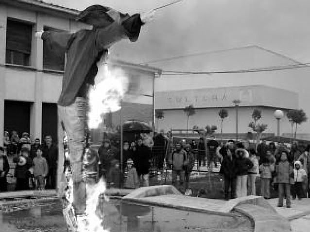 """La quema de los """"Judas"""" de Los Arcos y Allo cierra la Semana Santa de la comarca"""