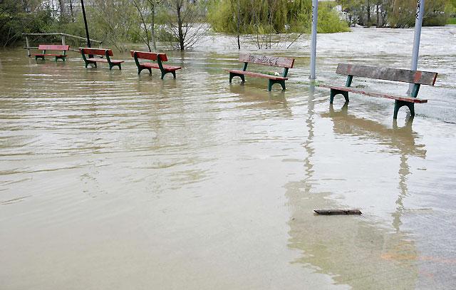 El río Arga se desborda en Pamplona y el nivel del agua continúa bajando