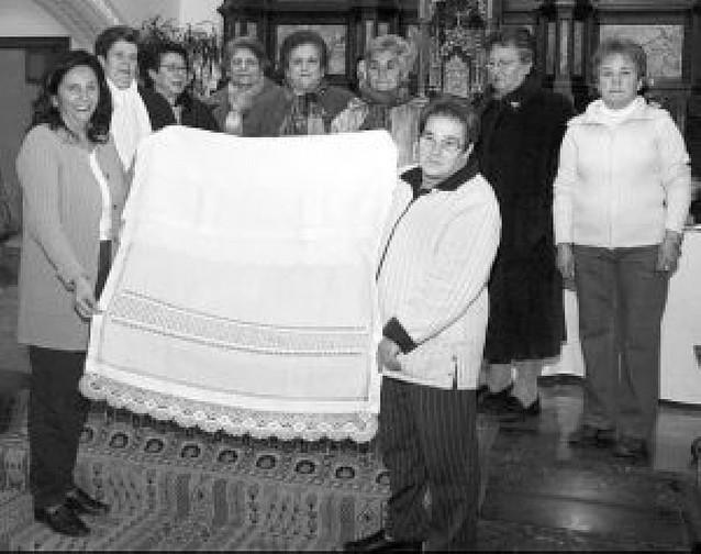 Las encajeras donan un mantel a Santa Vicenta María