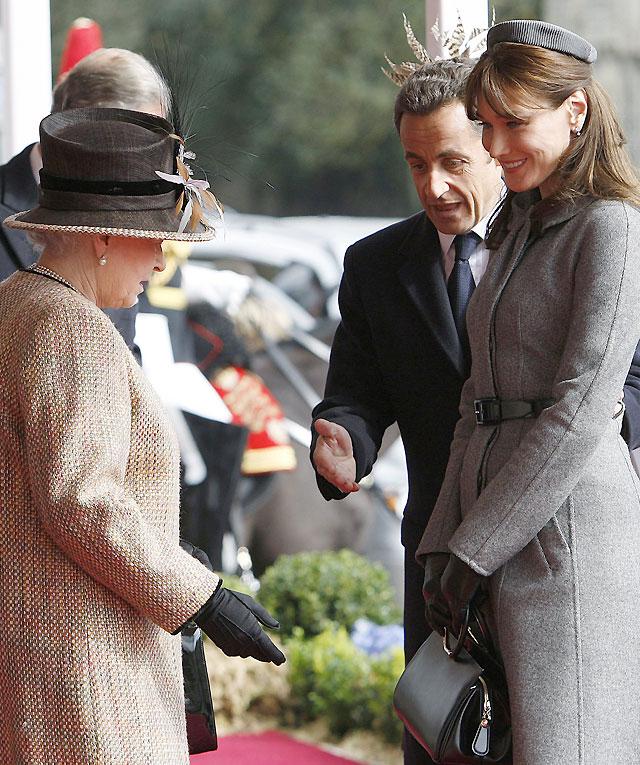 Sarkozy y Carla Bruni son recibidos por Isabel II en Windsor