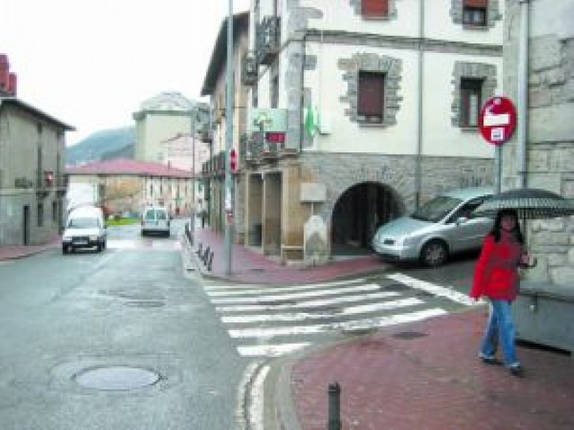 Irurtzun aconseja el uso de bajeras para aparcar coches a fin de dejar huecos libres