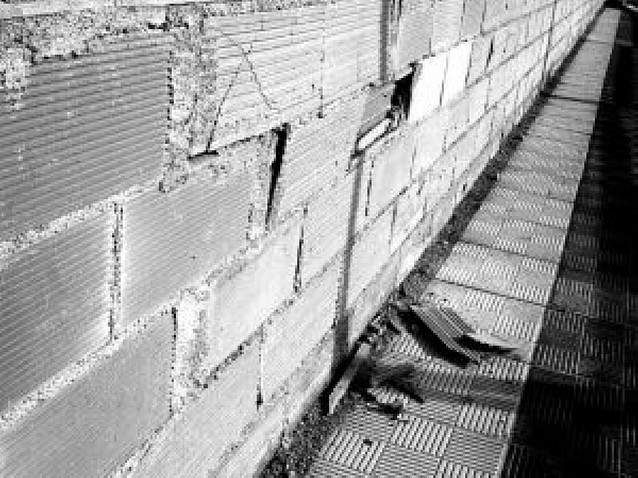 Cierran una acera en Sarriguren ante el riesgo de derrumbe de una pared