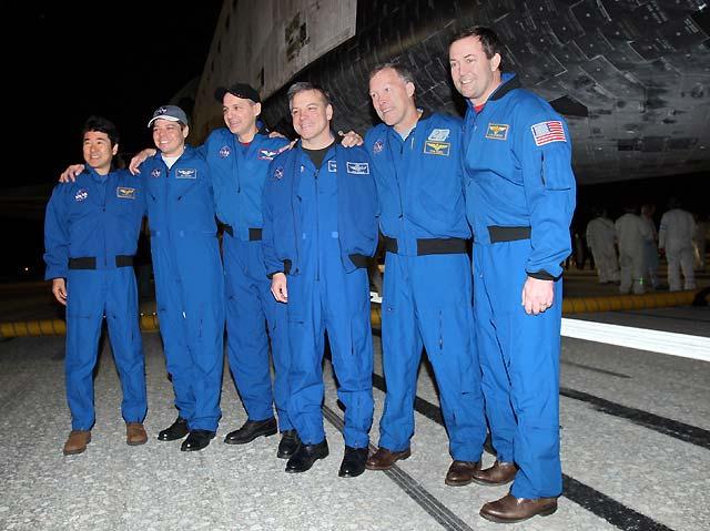 """El """"Endeavour"""" aterriza sin problemas en el Centro Espacial Kennedy"""