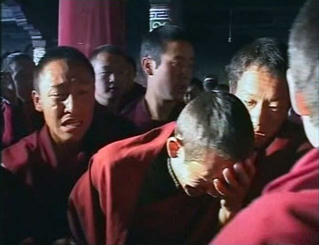 Un grupo de monjes tibetanos se manifiesta ante periodistas foráneos en Lhasa