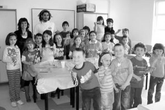 Los niños de San Adrián aprenden a construir títeres