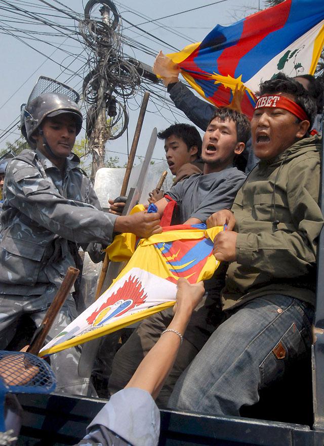 Adolescentes tibetanos irrumpen en la sede de ONU en Katmandú