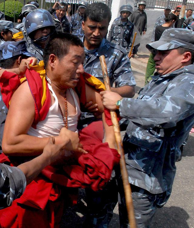 La Policía nepalí arresta 84 manifestantes tibetanos frente a la embajada china