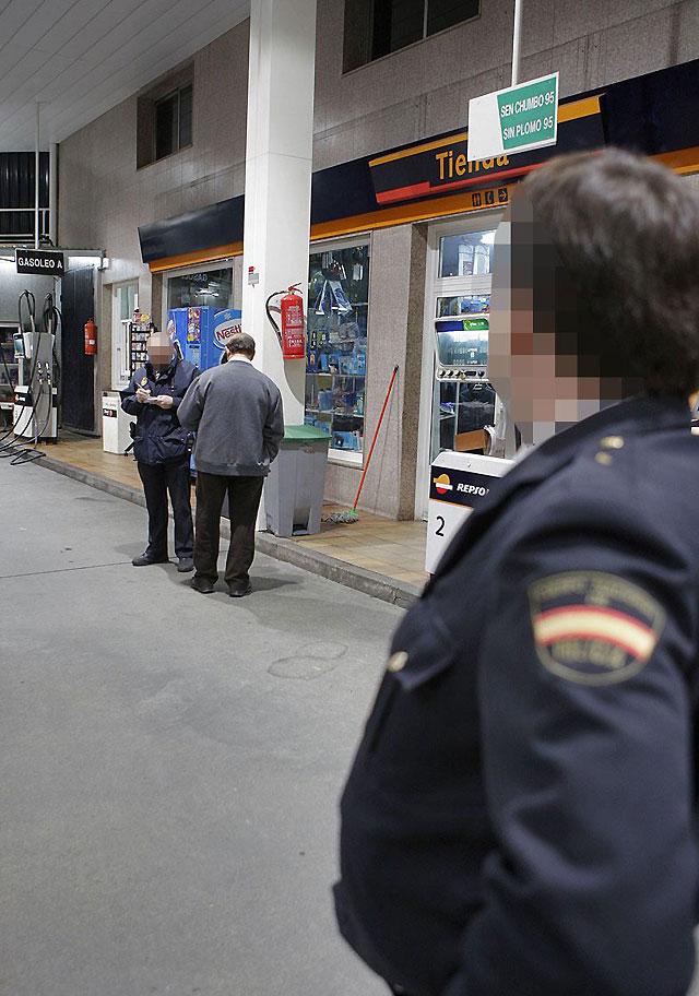 Dos encapuchados roban una gasolinera en Vigo tras herir al encargado con una guadaña