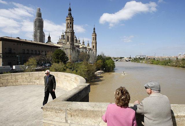 La punta de la crecida del río Ebro se adelantará y llegará mañana a Zaragoza, a mediodía o por la tarde