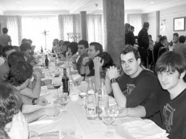 Alrededor de 80 jóvenes participan en una comida de hermandad